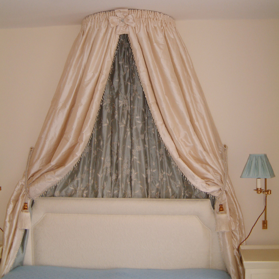 Bed furnishings – bed corona